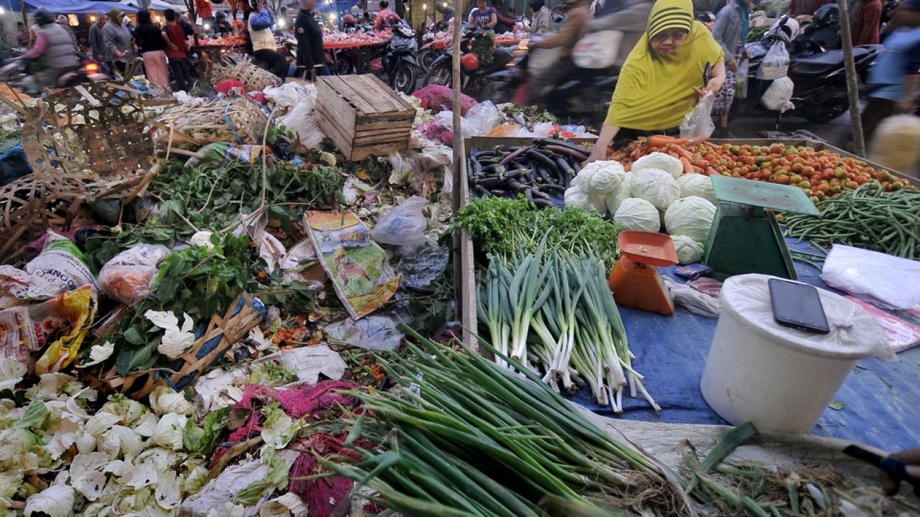 Para pedagang dan calon pembeli beraktivitas di Pasar Tradisional Angso Duo yang dipenuhi sampah di Jambi, Senin (6/11). Penumpukan sampah terjadi di sejumlah titik di pasar tradisional terbesar di Jambi itu akibat dihentikannya operasional pengangkutan sampah secara mendadak oleh Dinas Kebersihan Pemerintah Kota Jambi. ANTARA FOTO/Wahdi Septiawan/foc/17.